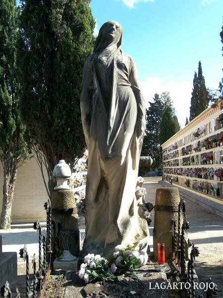 Panteón de la familia Ginés y Ginés (Enrique Clarasó, 1905). Bellísima escultura de mármol de Carrara que representa un alma en ascensión