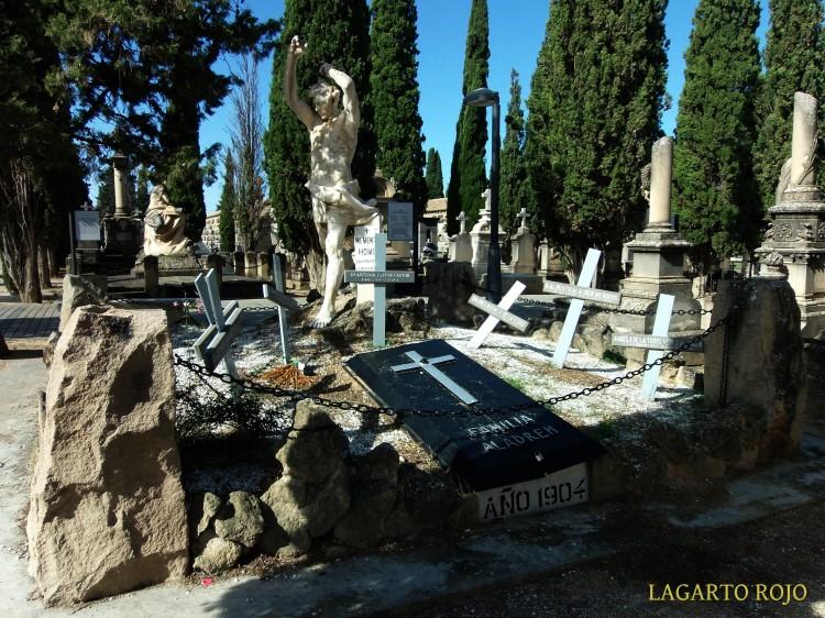 Panteón de la familia Aladrén (Enrique Clarasó, 1900). Representa a un vigoroso sepulturero (hace un año le desapareció el pico) cavando tumbas. Ganó la medalla de honor en la Exposición de París de 1900