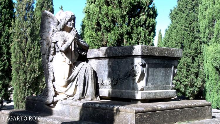 Panteón de la familia Matute Pérez (Dionisio Lasuén, 1898). Un ángel adolescente reza el rosario junto al sarcófago del difunto
