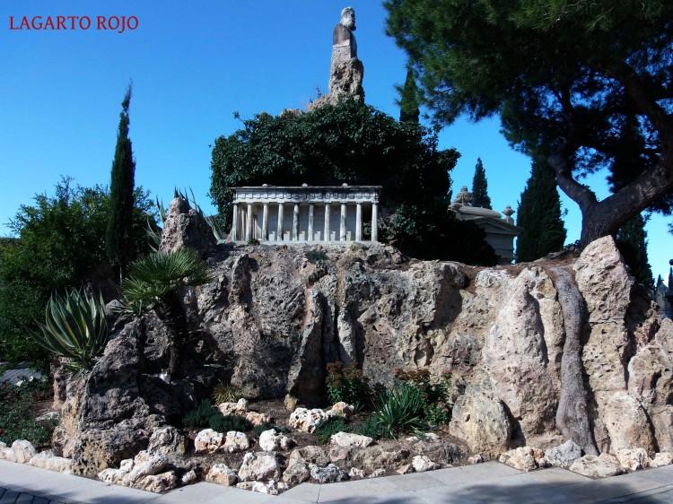 Mausoleo de Joaquín Costa (Dionisio Lasuén, 1916). Quizá el más conocido del cementerio, es una farragosa composición que honra al gran político aragonés