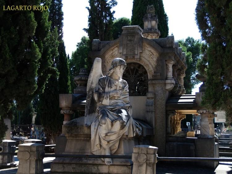 Panteón de la familia de Gerardo Mermejo (Miguel Ángel Navarro y Carlos Palao, 1915). Excelente composición en la que el ángel de la guarda que acaba de quedarse desempleado medita sentado en la tumba