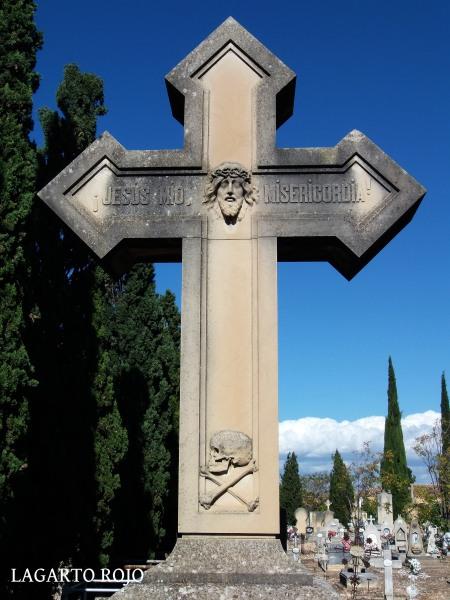 Una cruz con una divertida inscripción en la que el difunto clama a gritos pidiendo misericordia, lo que sugiere que tenía pánico al terrible infierno de los cristianos (a esto nos llevan las creencias irracionales...) Por cierto, el símbolo pirata de abajo tampoco tiene desperdicio.