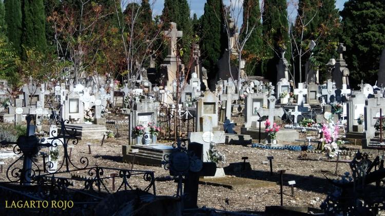 Hacia la parte este del cementerio las tumbas se vuelven más modestas