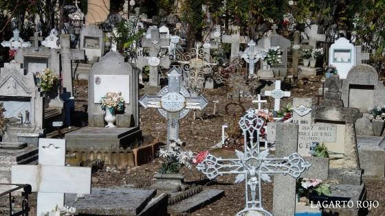 Variadas tumbas de piedra, de forja, con lápida o sin ella