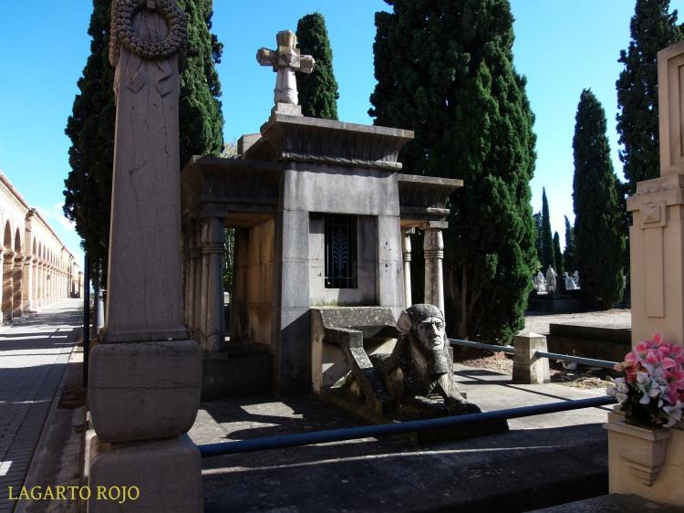 Panteón de la familia Herrero (Miguel Ángel Navarro, 1920). Un panteón cristiano (obsérvese la cruz) realizado con formas neoegipcias y guardado por una esfinge