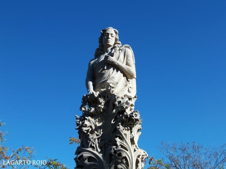 Panteón de la familia de Juan Guitart (Miguel Ángel Navarro, 1911). Impresionante obra modernista coronada por un ángel masculino que emerge de formas vegetales