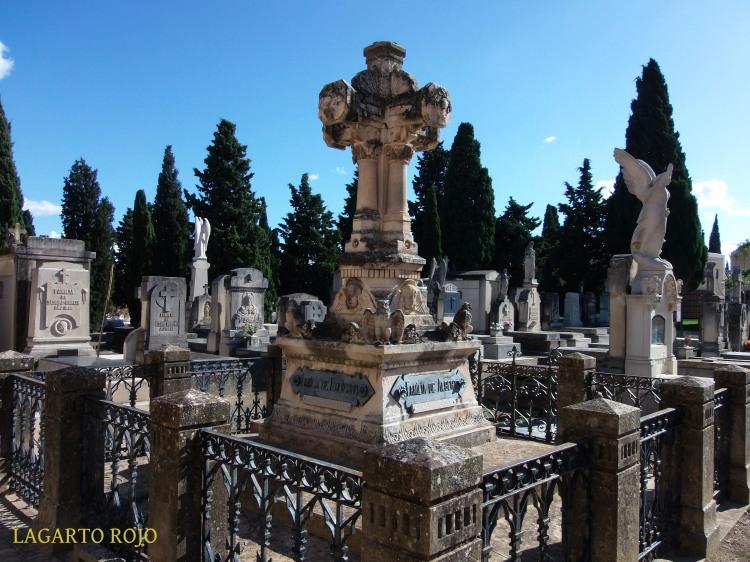 Preciosa tumba coronada por una cruz en tres dimensiones (no, efectivamente ni esta cruz ni el arte modernista son exclusivas de la ciudad donde intentan monopolizarlos). Obsérvese el detalle de las lechuzas, criaturas de la noche, que adornan la parte inferior