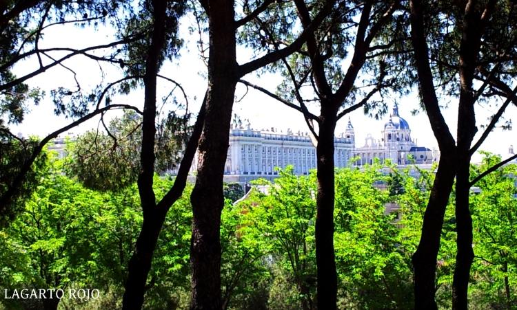 El Palacio Real y la catedral de la Almudena vistos desde el mirador del Templo de Debod