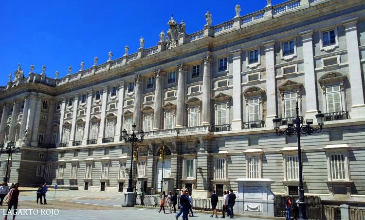 Fachada oriental del Palacio Real. Abajo, la Puerta del Príncipe