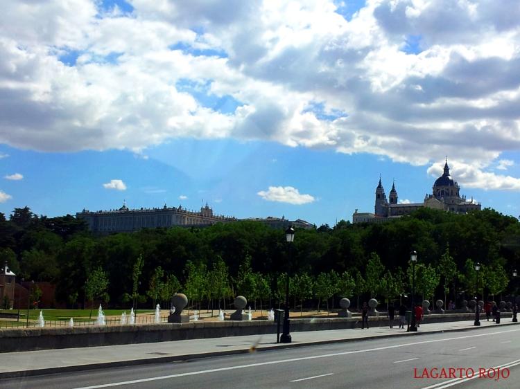 El Palacio Real y la catedral de la Almudena vistos desde el Puente de Segovia
