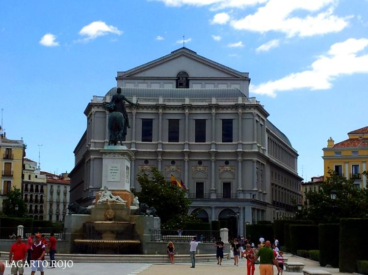 La Plaza de Oriente con el Teatro Real al fondo.