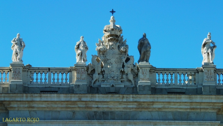 Coronamiento de la fachada del Palacio Real de Madrid