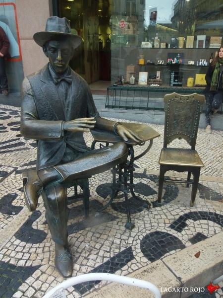 Estatua de Fernando Pessoa